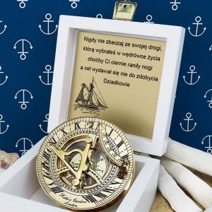 tabliczka laminowana z grawerem dedykacji w szkatułce z mosiężnym kompasem na prezent dla wnuka na 18 urodziny