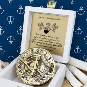 tabliczka laminowana z grawerem dedykacji w szkatułce z mosiężnym kompasem na prezent dla nowożeńców