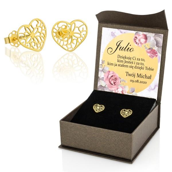 złote kolczyki  ażurowe serca w  pudełku z dedykacją dla kobiety