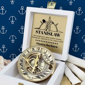 tabliczka laminowana z grawerem dedykacji w szkatułce z mosiężnym kompasem na prezent dla brata na prezent na urodziny