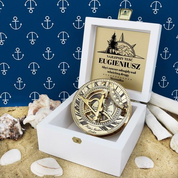 kompas w drewnianej szkatułce z grawerem dedykacji na prezent dla teścia
