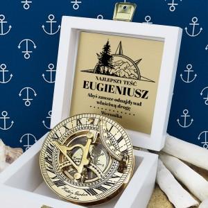 tabliczka laminowana z grawerem dedykacji w szkatułce z mosiężnym kompasem na prezent dla teścia na imieniny