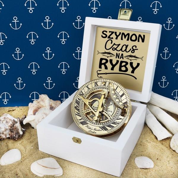 kompas w drewnianej szkatułce z grawerem dedykacji na prezent dla przyjaciela