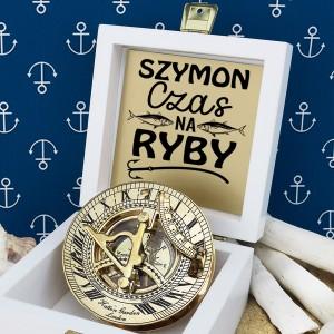 tabliczka laminowana z grawerem dedykacji w szkatułce z mosiężnym kompasem na prezent dla brata