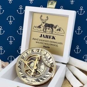 tabliczka laminowana z grawerem dedykacji w szkatułce z mosiężnym kompasem na prezent dla przyjaciela