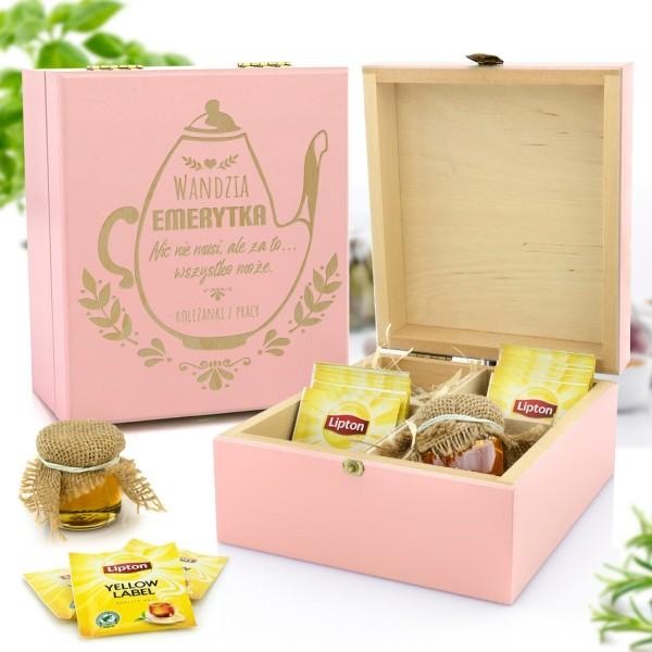 zestaw prezentowy w skrzynce z grawerem herbata i miody na prezent z okazji przejścia na emeryturę