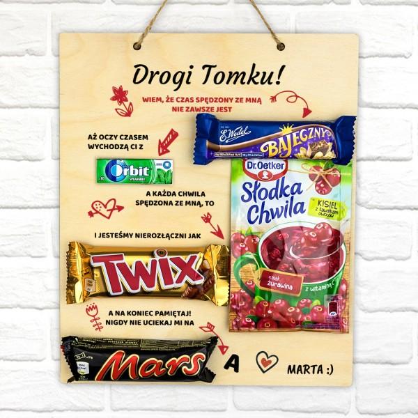 tabliczka z grawerem zabawnych tekstów i słodkościami na prezent dla ukochanego