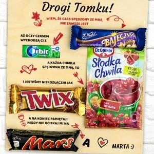 tabliczka z grawerem zabawnych tekstów wraz ze słodkościami - batony, kisiel i guma do żucia na prezent na walentynki