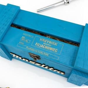 grawer dedykacji na niebieskiej skrzynce na alkohol na prezent dla przyjaciela