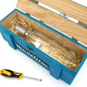 drewniana skrzynka na alkohol na prezent urodzinowy dla kolegi