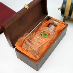 szklana karafka w brązowym pudełku z wyściółką na prezent  dla przyjaciela