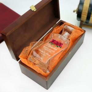 szklana karafka w brązowym pudełku z wyściółką na prezent dla przyjaciółki