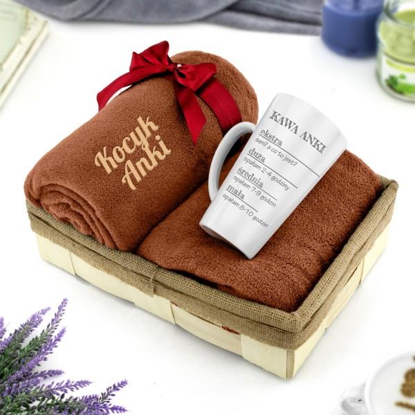 zestaw w łubie koc z haftem brązowy i kubek latte z nadrukiem na prezent dla niej