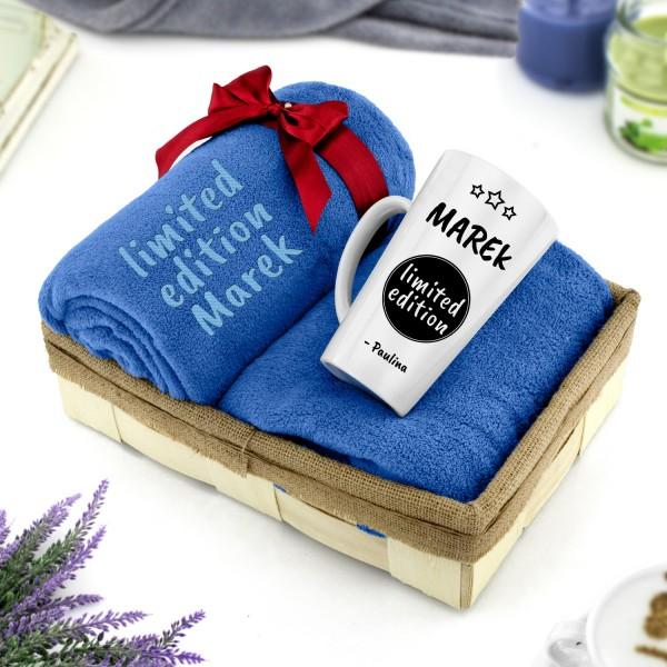 zestaw w łubie koc z haftem niebieski i kubek latte z nadrukiem na prezent dla niego