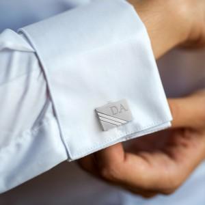 stalowe spinki wpięte do mankietów na prezent dla męża na imieniny