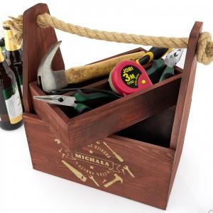 mahoniowa skrzynka na piwo i narzędzia z grawerem dedykacji na prezent dla dziadka na urodziny