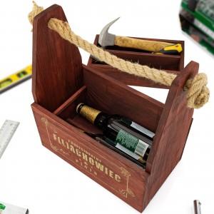 wnętrze mahoniowej skrzynka na piwo i narzędzia z grawerem dedykacji na prezent dla kolegi na imieniny