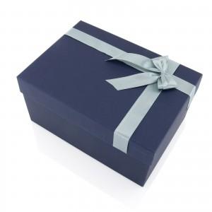 pudełko prezentowe przewiązane atłasową wstążką
